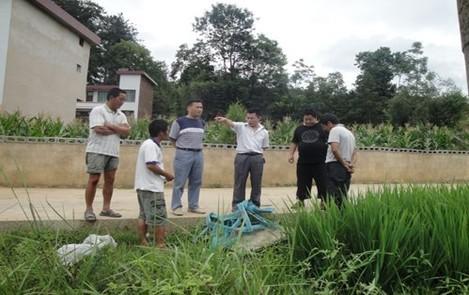 2013年7月,办领导深入抗旱救灾第一线,解决联系村实际困难。