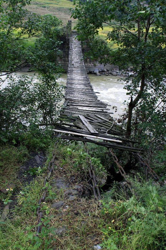 楼下铁索桥