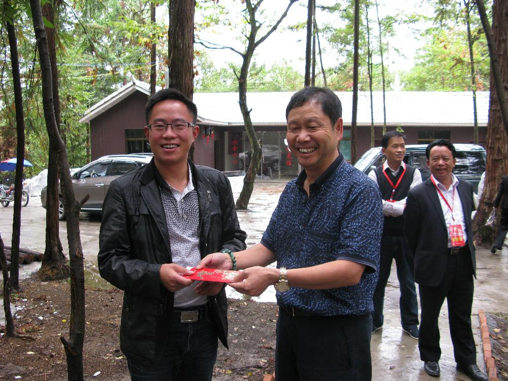省政协委员、黔西县智力贸易有限责任公司总经理高建军捐赠2000元给雨冲乡红旗村用于对古银杏林的保护。