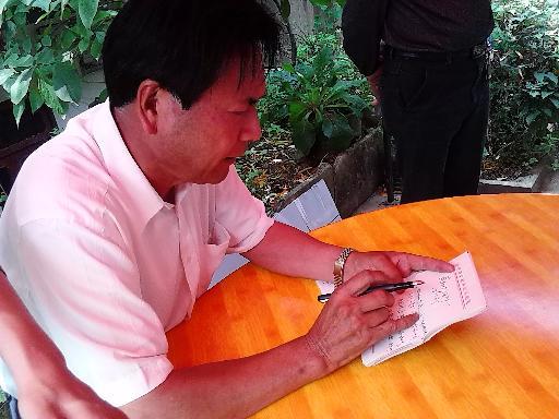 9月18日,政协原地区工委副主任王明灯在油杉河即兴作诗盛赞油杉河风光