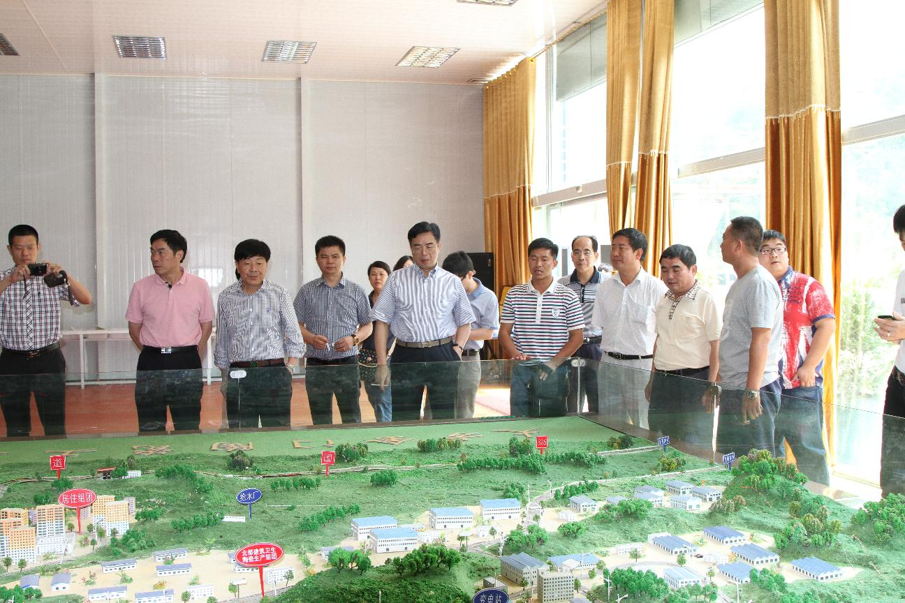 县政协主席葛传彦陪同福建省晋江市政协主席周伯恭等考察组到金门陶瓷园考察。