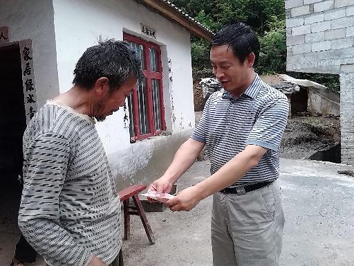政协副主席陈亚林慰问贫困党员