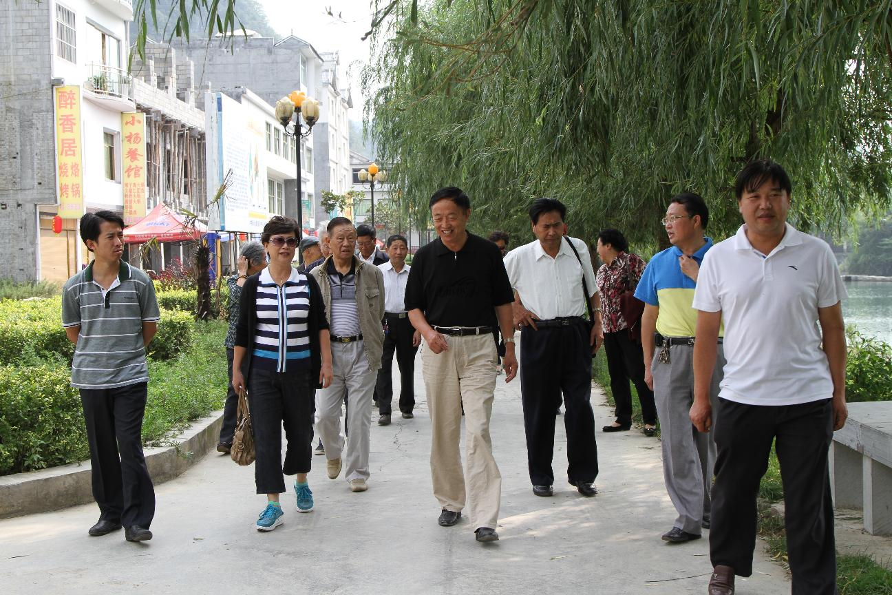 原政协地区工委主任孙仁培、吕开帮等老领导到油杉河视察景区建设