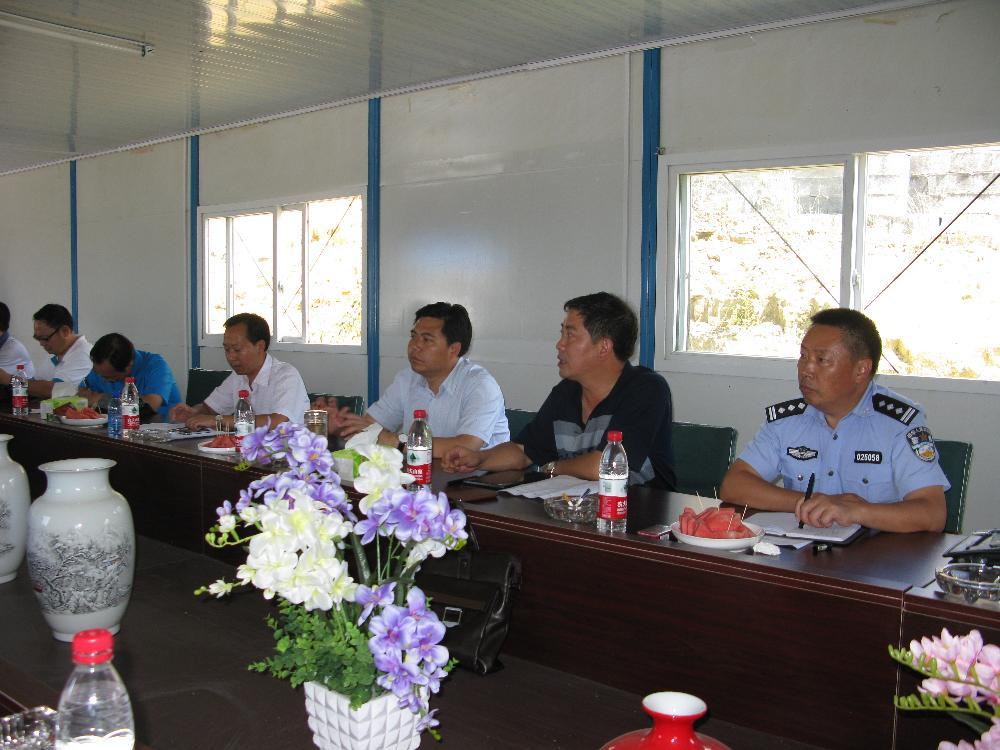 8月27日,县政府顾掌权县长带领常务副县长张东及政府有关部门主要负责人到陶瓷园区现场办公。
