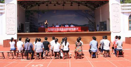 剑河县光彩事业促进会到县民族中学开展助学活动