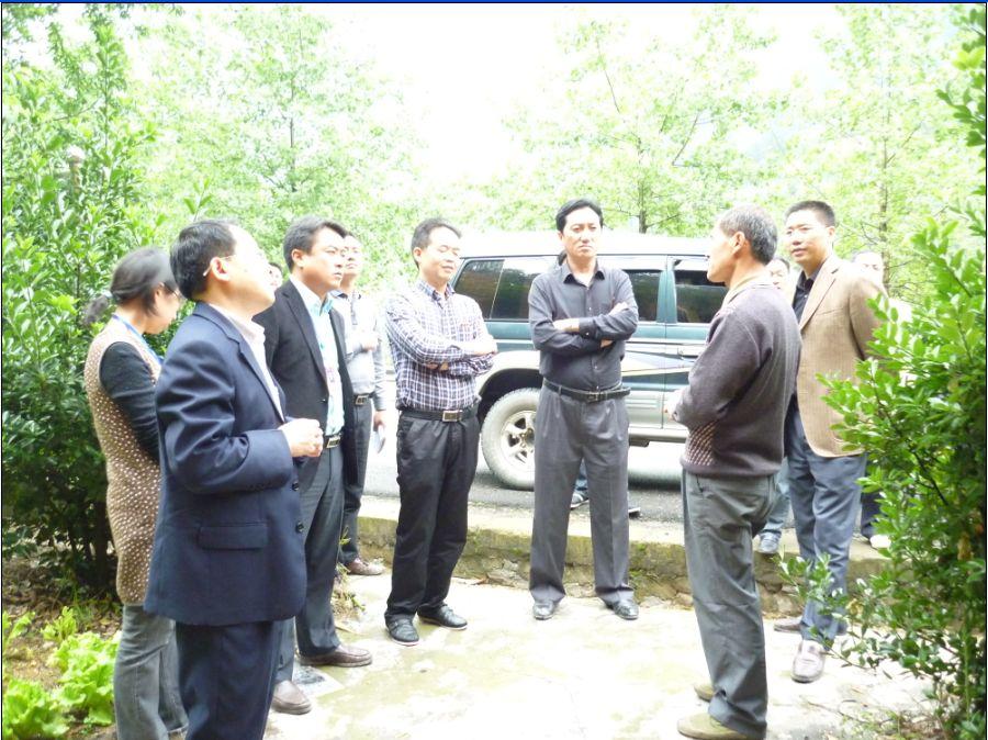 5月10日在县委常委、组织部部长吴一生带领下深入帮扶村南高调研
