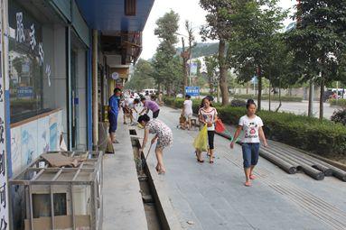 疾控中心开展创卫环境卫生清扫