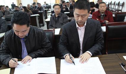 副县长霍可以在乡镇部门志督查会上与参会领导签责任状