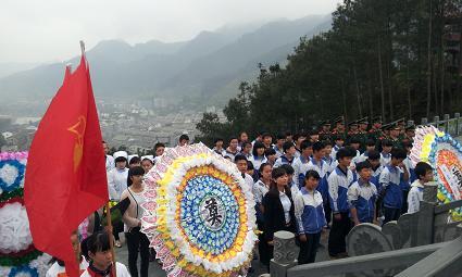 团县委组织共青团员开展纪念革命烈士活动