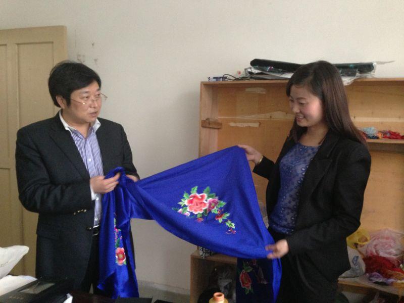 省青年创业就业服务中心主任到我县手工艺刺绣生产基地调研