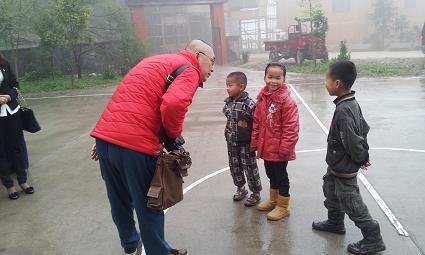 山东爱心人士到屯州小学开展爱心帮扶