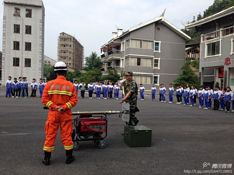 共青团员参观县消防中队了解消防知识