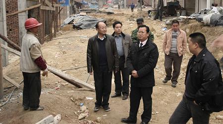 龙运俊县委常委、副县长带领相关部门负责人到移民村寨调研