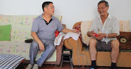 机关工委书记龙胜权七.一走访慰问贫困党员、老党员2