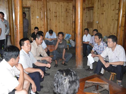 科技局在白索村开展帮扶工作