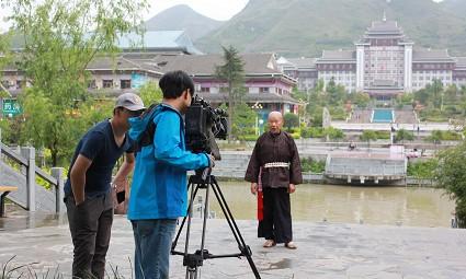 央视百山百川行栏目记者现场采访水鼓舞演员