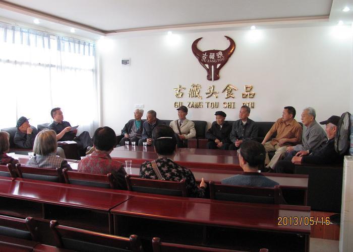 老干局副局长、老年大学校长杨昌文同志组织老干部到县工业园区深入企业考察研究