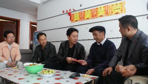 县委常委、县委组织部部长与局领导慰问老干部