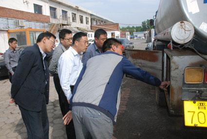 副县长上官建红在华立物流企业查看危货车辆紧急切断装置安装情况