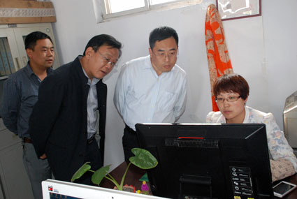 副县长上官建红在华立物流企业查看GPS监控平台运行情况