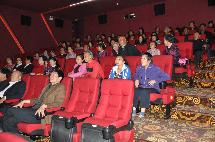 """开展""""五四""""青年节纪念活动组织社区群众观看电影"""
