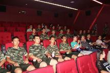 阿右旗总工会邀请驻旗部队免费观看电影