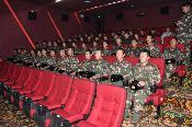 积极开展双拥工作 邀请驻旗部队观看电影