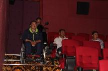 阿右旗总工会、残联免费为残疾人观看3D电影