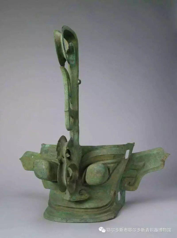 以青铜器(青铜制品),玉石器为主,兼及金器,陶器,包括人物与动物造像