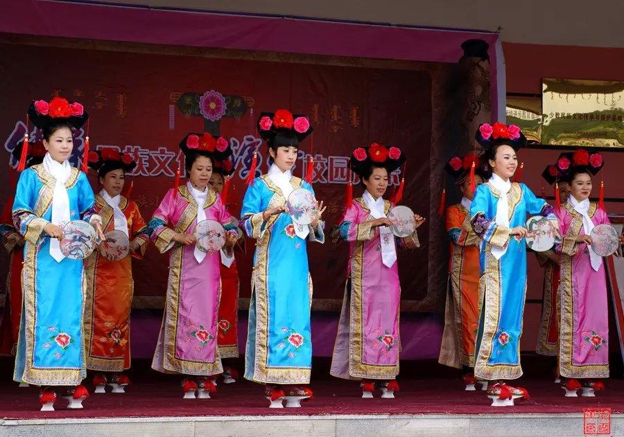 红透山镇满族小学举行揭牌仪式暨庆六一满族游戏竞赛活动