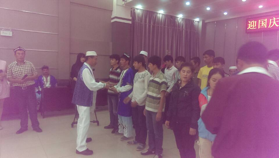 市民委领导与农校新疆班学生共同欢度国庆