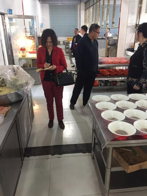 2017年9月28日对松原市第二高中食品安全工作进行检查