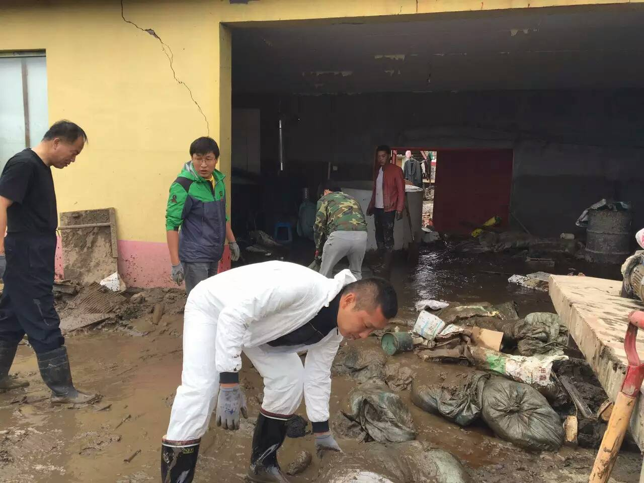 国土局党员干部赴灾区进行清淤