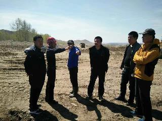 局长五一期间到水毁耕地复垦项目现场协调解决施工难点