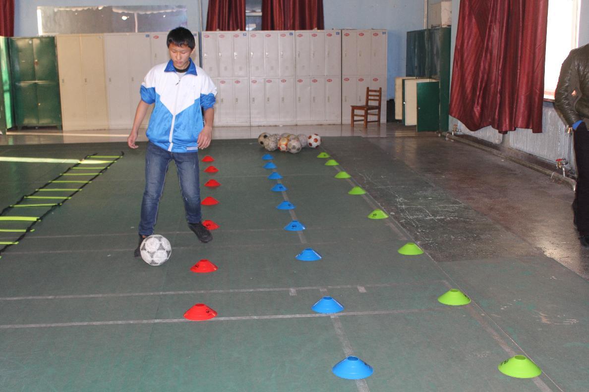 学校足球队加强训练