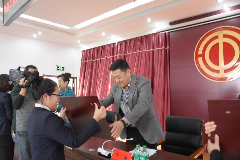 徐征主席为市五一巾帼奖章获得者颁奖