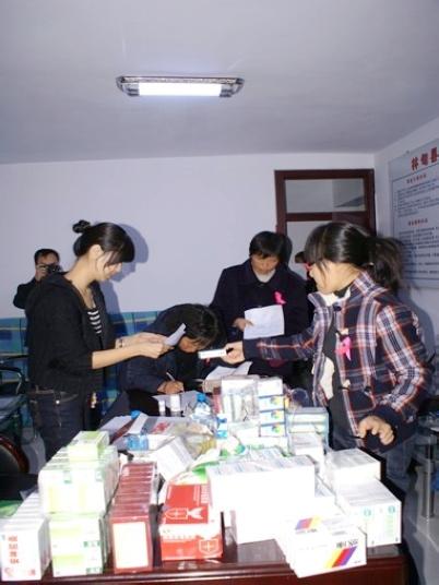 九三学社大庆市委在义诊活动中发放药品