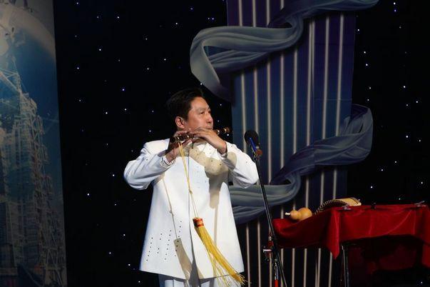 社员在九三学社建社65周年暨九三学社大庆市委成立20周年纪念活动中表演器乐演奏《春天素描》