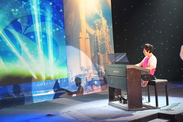 社员在九三学社建社65周年暨九三学社大庆市委成立20周年纪念活动中表演双排键电子琴独奏《相信自己》