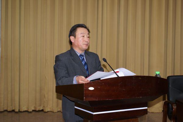 社市委副主委、黑龙江八一农垦大学会计学院教授王树锋在全市社务工作会上宣读表彰通报