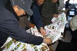 九三学社大庆市委组织社内科技专家到农村进行科技咨询,发放科技致富资料,深受农民欢迎