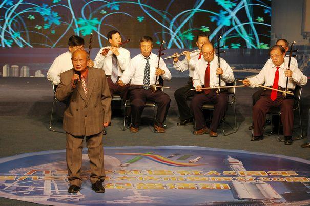 老社员在九三学社建社65周年暨九三学社大庆市委成立20周年纪念活动中演唱老社员创作的努力发挥余热的歌曲