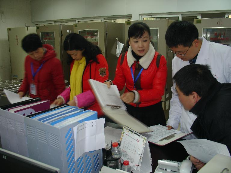 南平市中心血站内审员们对血站质量体系进行全面审核