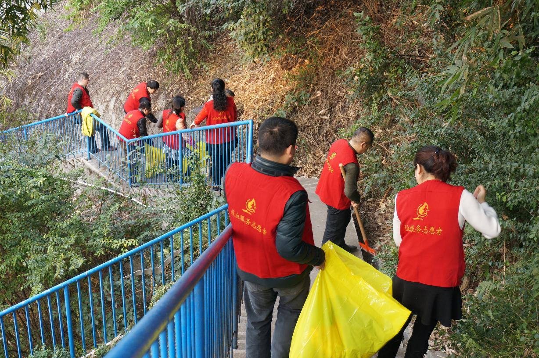 市中心血站的志愿者们清理沿山小道