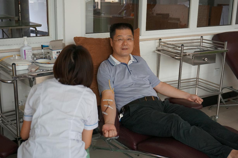 市国资委主任严明同志带领单位同事到血站献血
