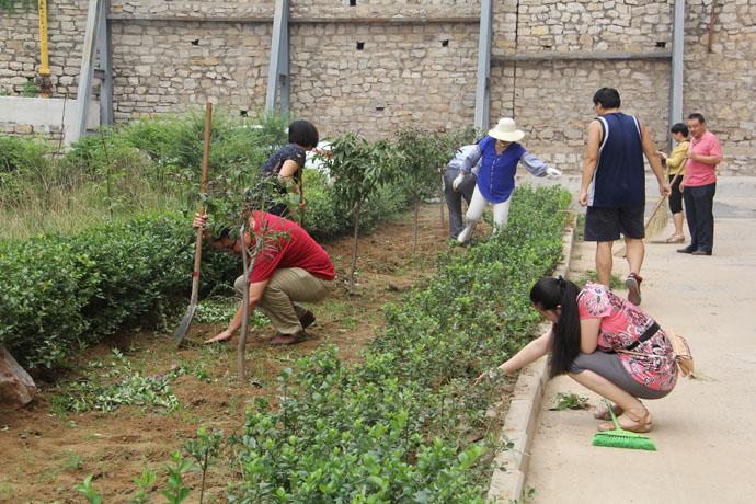 市人防办为迎接城市迎审卫生工作积极打扫御花园