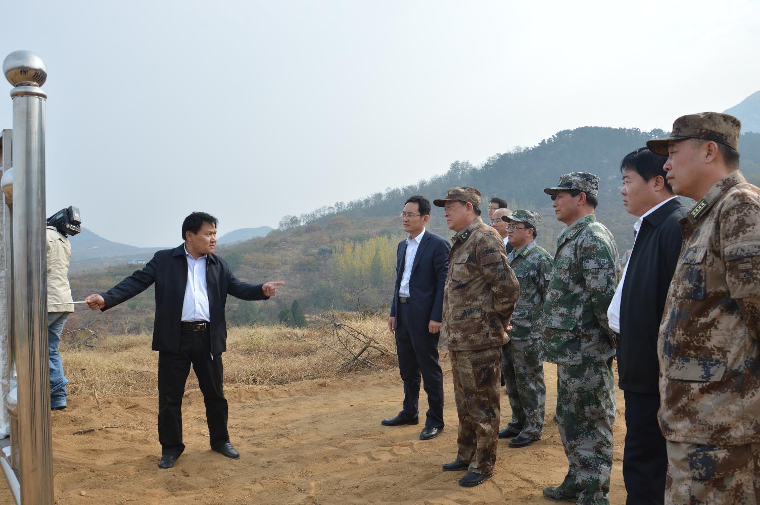 人防办主任时宪勇向省军区司令员讲解莱芜疏散基地建设规划情况