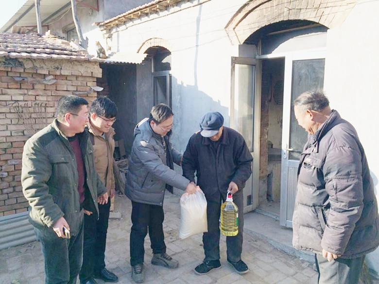 县编办派驻包庄村第一书记王永刚为贫困户送温暖