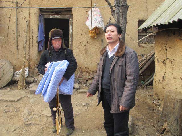 人口计生委党组书记、主任房孟林到德亭镇梅子沟村困难群众家慰问