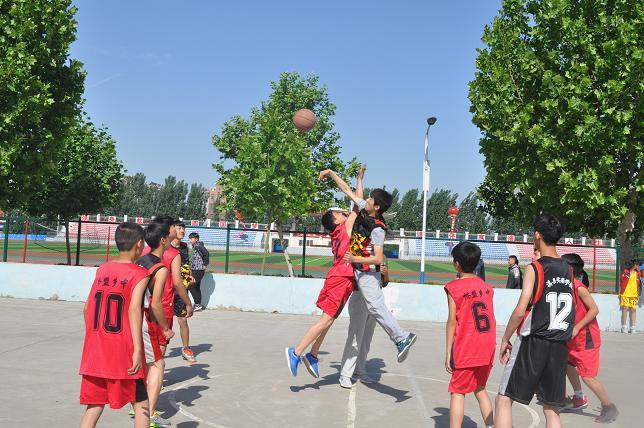 日上午,淇县中学生篮球赛在县一中篮球场开赛.